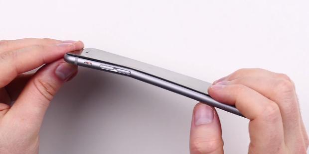 آیا اپل چراغ خاموش مشکل خمیدگی آی فون ۶ را حل کرده است؟
