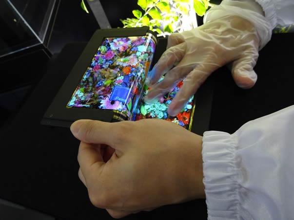 صفحه نمایش تاشو ۸.۷ اینچی از SEL با کیفیت ۱۰۸۰p